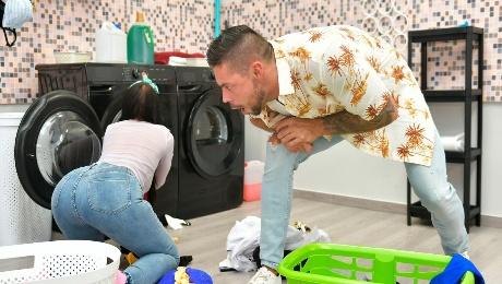 Roommates Fuck Over The Washing Machine